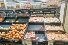 酸值苏梅岛,泰国- 2017年12月13日:另外种类菜在大C超级市场 免版税库存照片