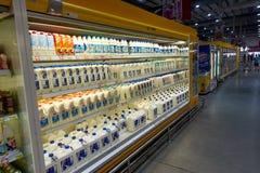 酸值苏梅岛,泰国- 2017年12月15日:宏观食品供应 牛奶的另外类型 免版税库存图片