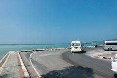 酸值苏梅岛,泰国- 2017年12月13日:海洋和路看法有微型货车的, Nathon酸值苏梅岛 库存照片