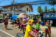 酸值苏梅岛,泰国- 2018年4月13日:Songkran党-泼水节节日 一起庆祝的人们 库存图片