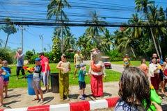 酸值苏梅岛,泰国- 2018年4月13日:Songkran党-泼水节节日 一起庆祝的人们 免版税库存图片
