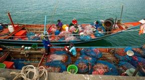 酸值苏梅岛-泰国- 01-30-2017 观点的渔船和渔夫在酸值苏梅岛,泰国港口  免版税库存照片