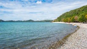 酸值西康省海滩在与小船的夏天,芭达亚,春武里市,泰国 库存照片