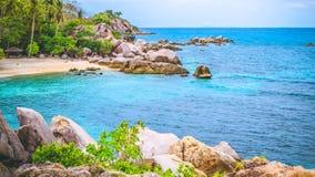 酸值陶海岛Costline在泰国 花岗岩岩石和蓝色盐水湖有清楚的海水的 免版税库存图片