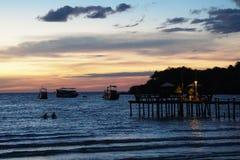 酸值kood海岛, trat,泰国海滩日落,口岸,桥梁,小船 图库摄影