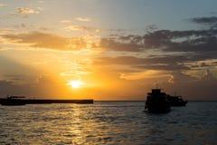 从酸值Larn的客船在黄昏,芭达亚,泰国 免版税库存图片