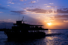 从酸值Larn的客船在黄昏,芭达亚,泰国 库存照片