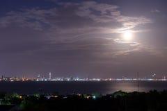 从酸值Larn的都市风景视图能在晚上看到芭达亚市 免版税图库摄影