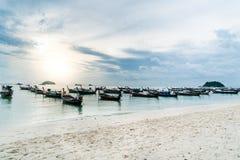 酸值Lipe海岛, Satun泰国, 2017年10月:日出海滩ko Lipe日出视图  库存照片