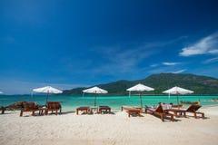酸值Lipe美丽的海滩鸟瞰图反对蓝天的在Satun、泰国、清楚的水和蓝天Lipe海岛,泰国 图库摄影