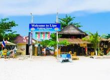 酸值Lipe,泰国- 2011年2月06日:海滩的看法在kho lipe,泰国的 免版税库存照片