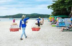 酸值SAMET,泰国- 2016年10月29日:泰国海滩卖主十字架 免版税图库摄影