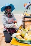 卖在海滩的泰国妇女传统食物 库存图片