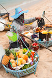 卖在海滩的泰国妇女传统食物 图库摄影