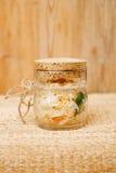 酸圆白菜-德国泡菜-在玻璃瓶子 库存照片