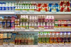 酸奶、豆奶和牛奶的选择在架子在一个超级市场泰国模范在曼谷,泰国 免版税库存图片