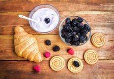 酸奶、酥皮点心和成熟莓果 库存图片