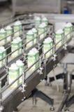 酸奶包装线 免版税库存图片