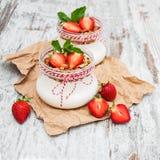 酸奶和格兰诺拉麦片早餐 免版税库存图片