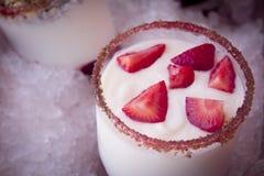 酸奶和草莓 免版税库存图片