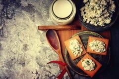 酸奶干酪、薄脆饼干曲奇饼和杯牛奶 库存图片