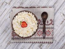 酸奶干酪和红色草莓在桌上 图库摄影
