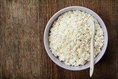 酸奶干酪或凝乳在碗在土气桌上 免版税库存照片