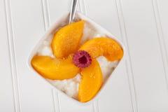 酸奶干酪有桃子顶视图 免版税库存图片