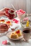酸奶干酪杯形蛋糕和山莓果酱 免版税图库摄影