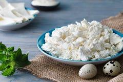 酸奶干酪板材用鹌鹑蛋 库存照片