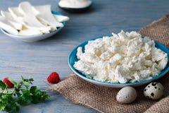 酸奶干酪板材用鹌鹑蛋 库存图片