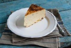 酸奶干酪烘烤了在一个土气样式的布丁 免版税库存照片