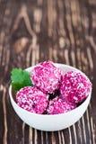 酸奶干酪球用甜菜和椰子 库存照片