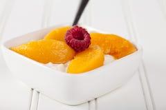 酸奶干酪用在白色的桃子 免版税图库摄影