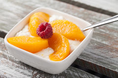 酸奶干酪用桃子红草莓 免版税库存照片