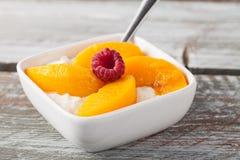 酸奶干酪用桃子红草莓 免版税库存图片