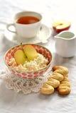 酸奶干酪用苹果和自创饼干 库存图片