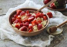 酸奶干酪用草莓 免版税库存照片