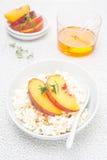 酸奶干酪用蜂蜜,胡说和新鲜的桃子,顶视图 库存照片