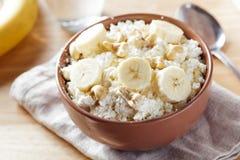 酸奶干酪用香蕉和坚果 图库摄影
