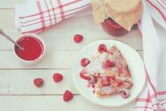 酸奶干酪砂锅片断有山莓果酱顶视图 免版税库存照片