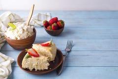 酸奶干酪砂锅用草莓 库存图片