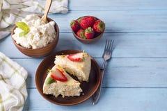 酸奶干酪砂锅用草莓 免版税库存照片