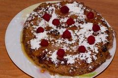 酸奶干酪砂锅用莓和葡萄干在板材 库存图片