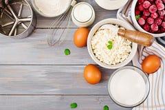 酸奶干酪砂锅的准备的成份用樱桃 免版税库存照片