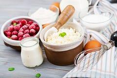 酸奶干酪砂锅的准备的成份用樱桃 图库摄影
