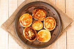 酸奶干酪薄煎饼用在棕色陶瓷板材的蜂蜜 图库摄影