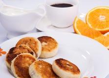 酸奶干酪薄煎饼用无核小葡萄干果酱 免版税库存照片