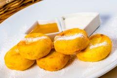 酸奶干酪薄煎饼用蜂蜜和酸性稀奶油 免版税库存图片