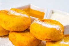 酸奶干酪薄煎饼用蜂蜜和酸性稀奶油 免版税库存照片